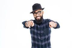 Uśmiechnięty brodaty młody amerykanina afrykańskiego pochodzenia mężczyzna wskazuje w kamerze Fotografia Stock