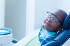 Uśmiechnięty chłopiec czekanie dla stomatologicznego egzaminu Fotografia Royalty Free