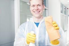 Uśmiechnięty cleaner mężczyzna Obrazy Royalty Free