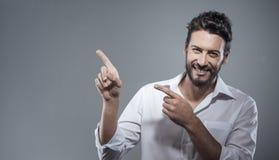 Uśmiechnięty cool mężczyzna wskazuje up Zdjęcie Stock
