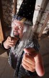 Uśmiechnięty czarownika Wskazywać Obraz Royalty Free