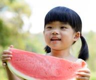 Uśmiechnięty dziecko chwyta arbuz Fotografia Royalty Free