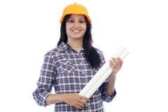 Uśmiechnięty żeński architekt z błękitnym drukiem Obrazy Royalty Free
