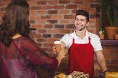 Uśmiechnięty kelner słuzyć kawę klient Zdjęcie Royalty Free