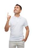 Uśmiechnięty mężczyzna wskazuje palec up Fotografia Stock