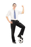 Uśmiechnięty mężczyzna z futbolowym gestykuluje szczęściem Fotografia Stock