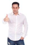 Uśmiechnięty przystojny mężczyzna gestykuluje ok szyldowego Zdjęcia Stock