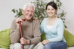 Uśmiechnięty starszego mężczyzna mienie może Fotografia Royalty Free