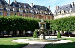 Umieszcza des Vosges stary kwadrat w Pary? Le Marais okr?g Paris france fotografia stock