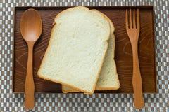 Umieszcza plasterek chleb na drewnie obrazy stock