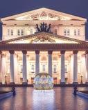 Uminous Bożenarodzeniowa piłka przed Bolshoi Theatre na Theatre kwadracie Moskwa sezony Zima Nowego Roku ` s sceneria fotografia stock