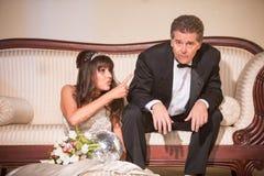 Umkippen-Braut, die auf glücklosen Ehemann zeigt lizenzfreie stockfotos