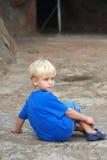 Umkippen des kleinen Jungen Stockfoto