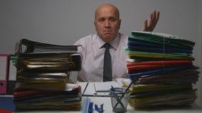 Umkippen-Geschäftsmann Gesturing Nervous im Rechnungshof stockbilder