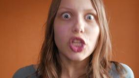 Umkippen und unglückliches jugendlich Mädchen, die mit einer Kamera mit Ärger sprechen 4k UHD stock video