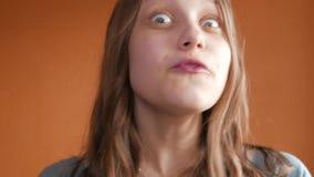 Umkippen und unglückliches jugendlich Mädchen, die mit einer Kamera mit Ärger sprechen 4k UHD stock footage