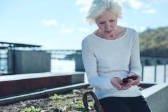 Umkippen zieht sich Dame zurück, die draußen Pillen einnimmt lizenzfreies stockfoto