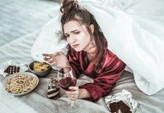 Umkippenfrau, die zu den schlechten Gewohnheiten süchtig wird stockfotos