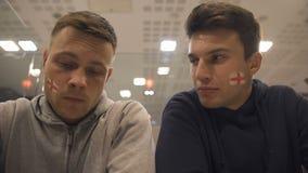 Umkippenfußballfane, die das Match, hoffnungslose Gefühle zeigend verlierend, Nahaufnahme sich besprechen stock video footage