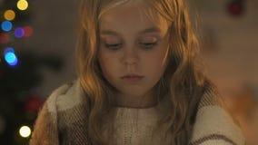 Umkippenmädchen, das in der Decke, Kind ausgesetzt am Weihnachten, Mangel an Aufmerksamkeit einwickelt stock footage