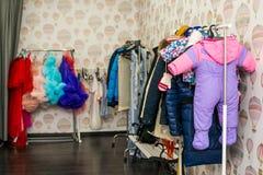 Umkleiderauminnenraum mit Kleidung auf Gestellen Lizenzfreies Stockfoto