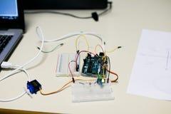 Umkreisen Sie für einen Servomotor, der zu den pädagogischen Zwecken errichtet wird Ein progr stockbilder