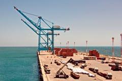 Umladungsanschluß für ladende Stahlerzeugnisse zu den Seeschiffen unter Verwendung der Uferkräne und der speziellen Ausrüstung im stockfotografie
