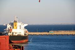 Umladungsanschluß für ladende Stahlerzeugnisse zu den Seeschiffen unter Verwendung der Uferkräne und der speziellen Ausrüstung im stockbild