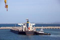 Umladungsanschluß für ladende Stahlerzeugnisse zu den Seeschiffen unter Verwendung der Uferkräne und der speziellen Ausrüstung im lizenzfreie stockbilder