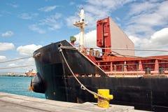 Umladungsanschluß für ladende Stahlerzeugnisse zu den Seeschiffen unter Verwendung der Uferkräne und der speziellen Ausrüstung im lizenzfreie stockfotos