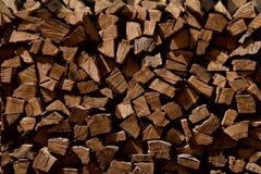 Ummauern Sie Brennholz, Hintergrund von trockenen gehackten Brennholzklotz Lizenzfreie Stockfotos