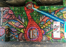 Ummauern Sie Kunst unter einem Bahngestell in Paris Lizenzfreies Stockfoto