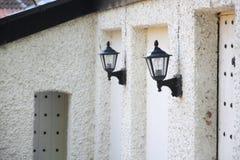Ummauern Sie Laternen auf altem Haus, Perspektiveansicht Stockbilder