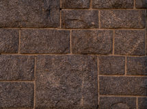 Ummauern Sie Oberfläche des rechteckigen Quadrats des glatten Brauns der rauen Steine Stockbild