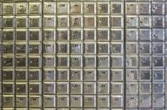 Ummauern Sie voll von den Reihen von Metallpostkästen Lizenzfreies Stockbild