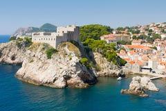 Ummauerte Festung von Dubrovnik und von felsiger Klippe Stockbilder
