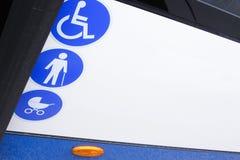 Umożliwiający autobus dla transportu niepełnosprawni i starzejący się ludzie Obrazy Royalty Free