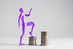 Umożliwione kobiety kroczy up dochód drabiny pojęcie Purpury fe Obraz Stock