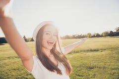 Umore funky di estate! Ragazza felice sulla vacanza in un'aria aperta s Fotografie Stock