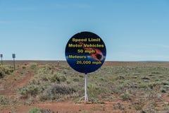 Umoristico segnale nell'alto deserto dell'Arizona del Nord vicino al Meteor Crater immagini stock