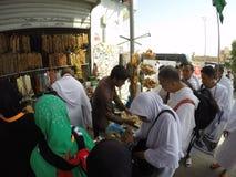 Umrah香客被买杂货和纪念品 免版税图库摄影