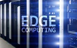 UMRANDEN Sie die Datenverarbeitung, Internet und modernes Technologiekonzept auf modernem Serverraumhintergrund Lizenzfreies Stockfoto