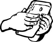 Umrissene Hände, die am intelligenten Telefon schreiben Stockfotografie