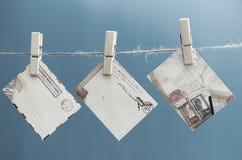 Umschläge der Mitteilung auf einem Seil auf einem blauen Hintergrund Lizenzfreie Stockfotografie