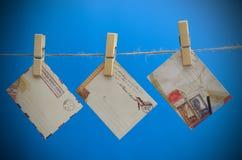 Umschläge der Mitteilung auf einem Seil auf einem blauen Hintergrund Lizenzfreies Stockbild