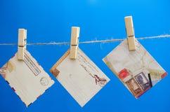 Umschläge der Mitteilung auf einem Seil auf einem blauen Hintergrund Lizenzfreie Stockbilder