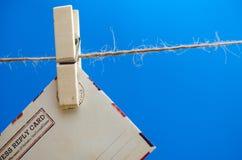Umschläge der Mitteilung auf einem Seil auf einem blauen Hintergrund Stockbild