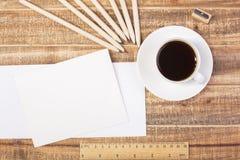 Umschläge, Kaffee und Machthaberspitze Stockfotos