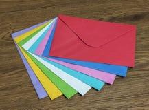 Umschlag auf Schreibtisch Stockfotografie