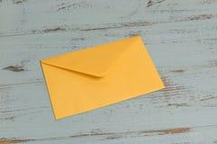 Umschlag auf Schreibtisch Lizenzfreie Stockfotos